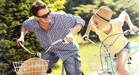 profilbild för eventet gårdstrampet, två glada cyklister