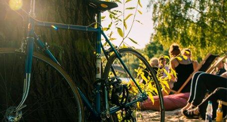 profilbild för eventet smaka på skrea, parkerad cykel i solsken intill strand med människor